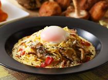 半熟卵とキノコのクリームスパゲティ~カルボナーラ仕立て~